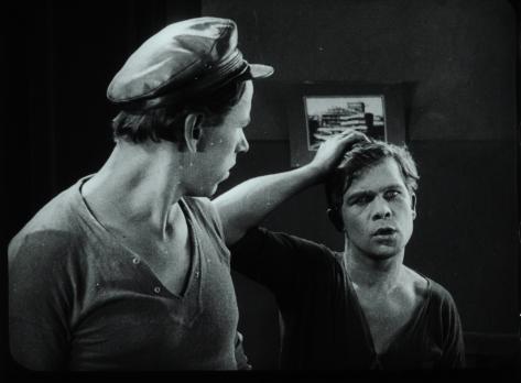 DVA DRUGA, MODEL I PODRUGA (KANITEL S MASHINKOI / NEOBYCHAINYE PRIKLIUCHENIIA AKHOVA I MAKHOVA) (URSS 1928) Gosfilmofond of Russia, Moscow
